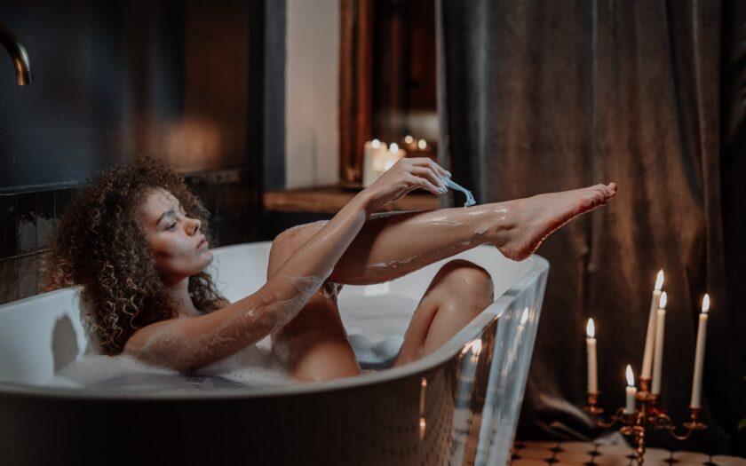 Frau rasiert Beine
