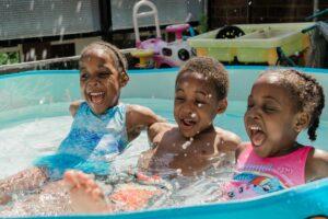 Kinder im Pool